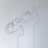 L'effrontee-2-lor-femme-laure-simoneau-sculpture-fil-de-fer-wire-art-artwork-paris-oneline-atelierlor-esthetique-geisha-fildeferiste-shadow