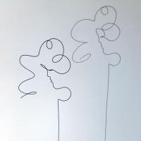 filairement-femme-2-lor-femme-laure-simoneau-sculpture-fil-de-fer-wire-art-artwork-paris-oneline-atelierlor-esthetique-geisha-fildeferiste-shadow