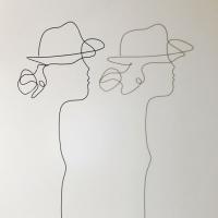 la-demoiselle-au-chapeau-ombre-lor-femme-laure-simoneau-sculpture-fil-de-fer-wire-art-artwork-paris-oneline-atelierlor-esthetique-geisha-fildeferiste-shadow