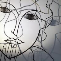 l-inncence-4-sculpture-lor-laure-simoneau-portrait-femme-or-fil-de-fer-wire-gold-ombre-poesie
